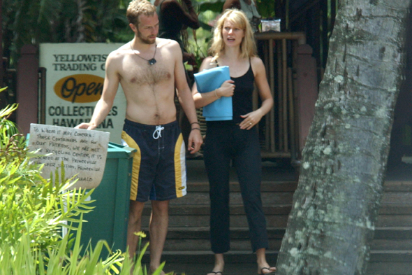 KAUAI, HI - MAY 01: Gwyneth Paltrow and Chris Martin are seen on May 01, 2002 in Kauai, Hawaii.  (Photo by Bauer-Griffin/GC Images)
