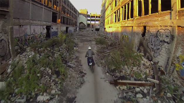 【ビデオ】廃墟となったデトロイトの巨大工場をダートバイクで走る!