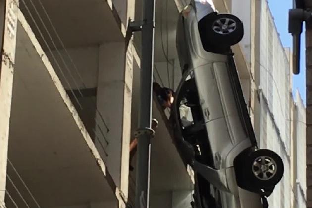【ビデオ】ワイヤー1本で宙づりになったトヨタのSUVから必死で脱出!