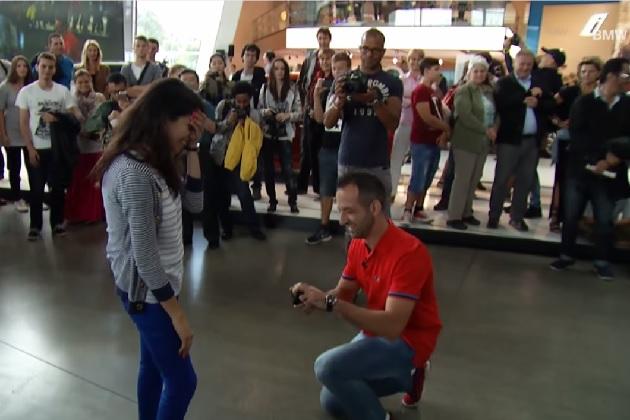 【ビデオ】BMW好きの男性が、BMWの巨大ショールームでサプライズプロポーズ!