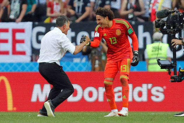 Juan Carlos Osorio y Guillermo Ochoa celebran el triunfo de México contra Alemania en Rusia