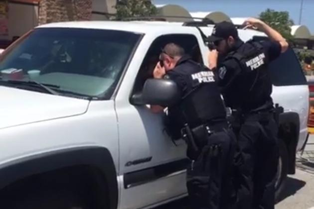 カンザス州の警察官が蒸し風呂状態の車内から子犬を救出
