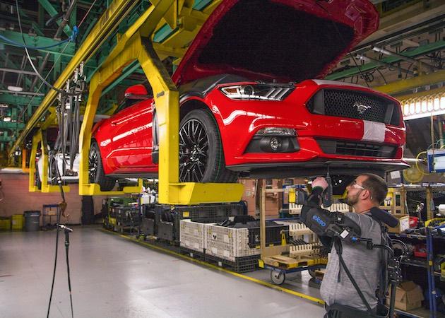 頭上作業が楽になる外骨格ベスト、フォードが世界15工場に展開へ。作業員の肉体的負荷を軽減