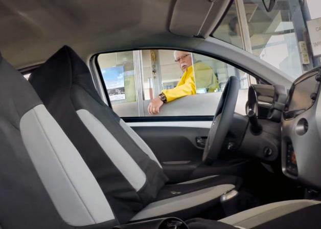 【ビデオ】トヨタとマジシャンのどっきりビデオ 「ドライブスルーに透明人間!」