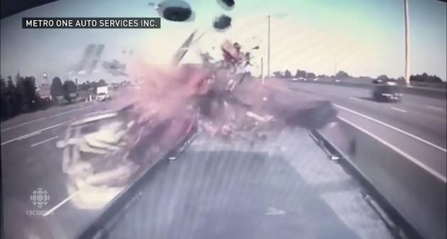 【ビデオ】高速道路で停まっていた故障車に、不注意なクルマが突っ込む!