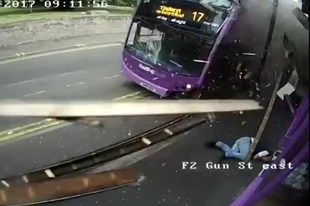 【ビデオ】市営バスに撥ね飛ばされた英国人男性、平然と立ち上がり馴染みのハブへ入っていく