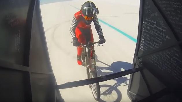 800馬力のドラッグレース用マシンに先導され、45歳の女性が自転車による世界最速記録を達成!