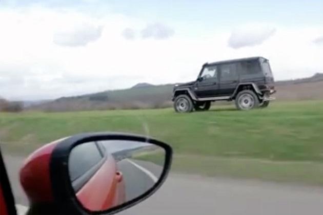 【ビデオ】フォード「フィエスタST」が、道路脇のオフロードを走るメルセデス「Gクラス」に追い抜かれる瞬間