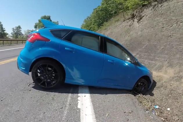 【ビデオ】フォード「フォーカスRS」、ドリフト失敗で岩壁に激突!
