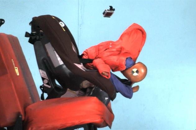 【ビデオ】子供にコートを着せたままチャイルドシートに乗せると危険!