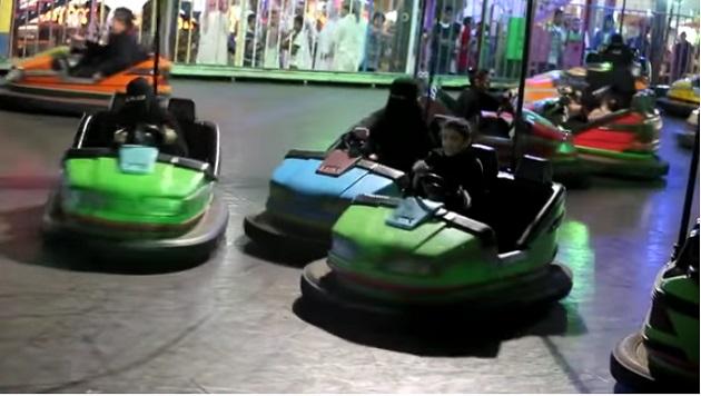 【ビデオ】クルマの運転が禁じられているサウジアラビアの女性たちにとって、遊園地のバンパーカーが運転できる唯一の場所