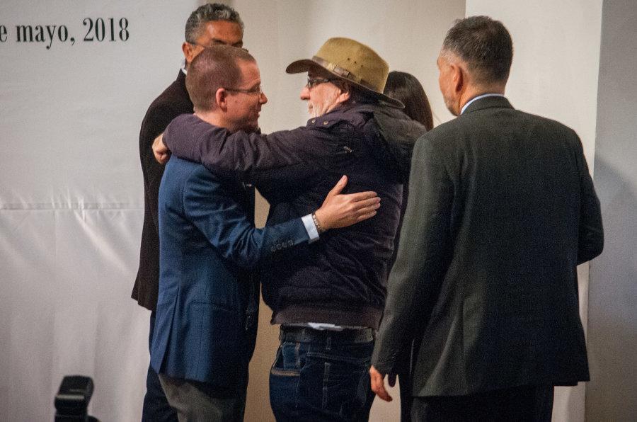 Ricardo Anaya, candidato de la Coalición Por México al Frente, abraza a Javier Sicilia durante su participación...