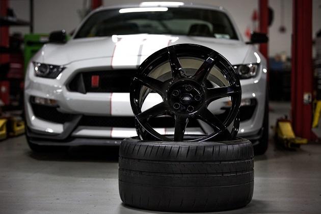 フォード、「シェルビー GT350R マスタング」に初の量産カーボンファイバー製ホイールを採用!