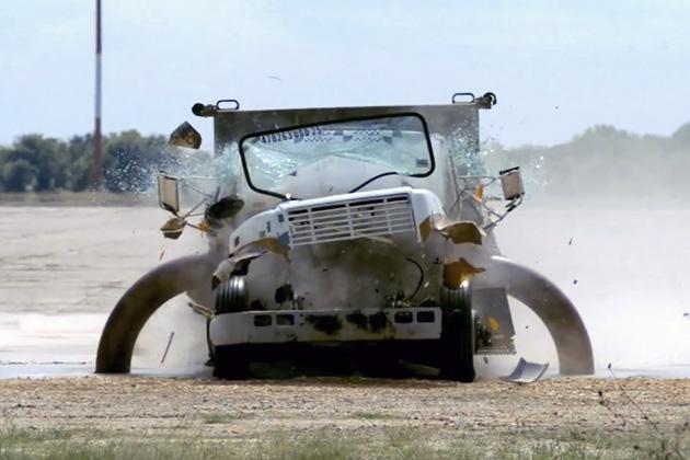 【ビデオ】爆弾を積み80km/hで突入してくるトラックを止めるバリケードの強度テスト!