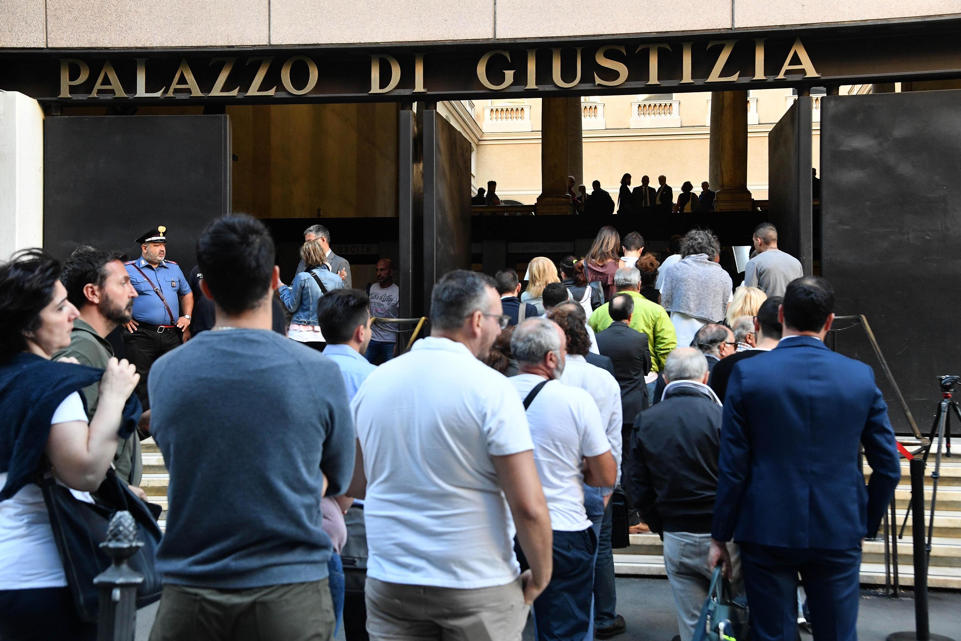 IN CODA PER CHIEDERE GIUSTIZIA - Lunga fila in tribunale a Genova per l'incidente probatorio nell'inchiesta sul crollo del Po...