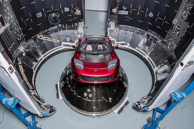 テスラのイーロン・マスクCEO、宇宙へ打ち上げる「ロードスター」の画像を公開