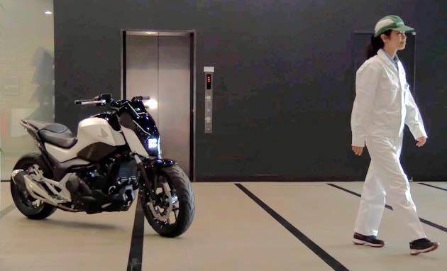 【ビデオ】女性につきまとうバイクの正体は!? ホンダが倒れないライディングアシスト付きバイクの動画を公開!!
