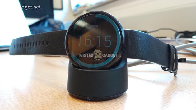 Moto 360 支援無線充電,而且可以測心率