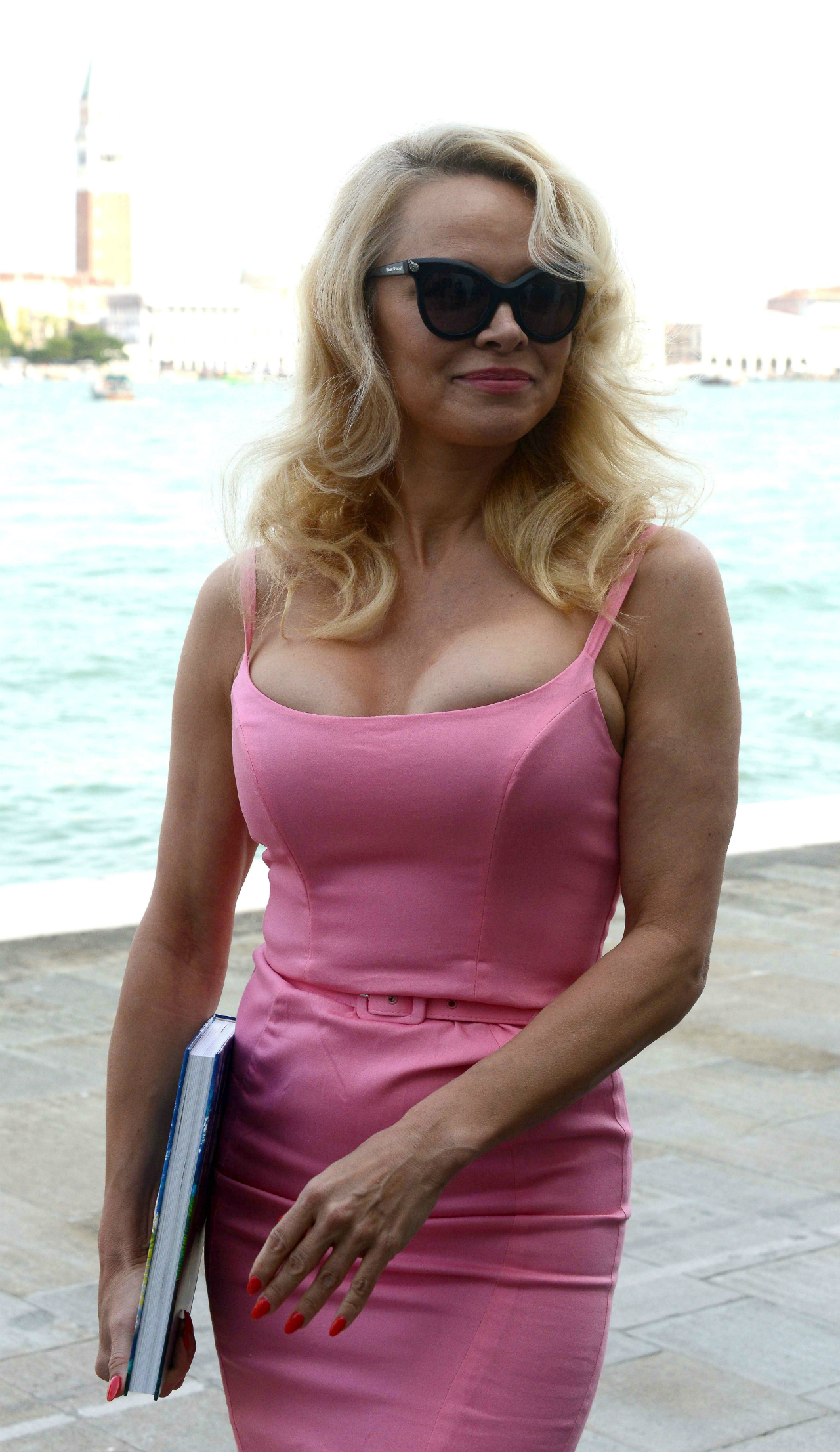 Pamela Anderson gives off Old Hollywood vibes in busty ... Pamela Anderson