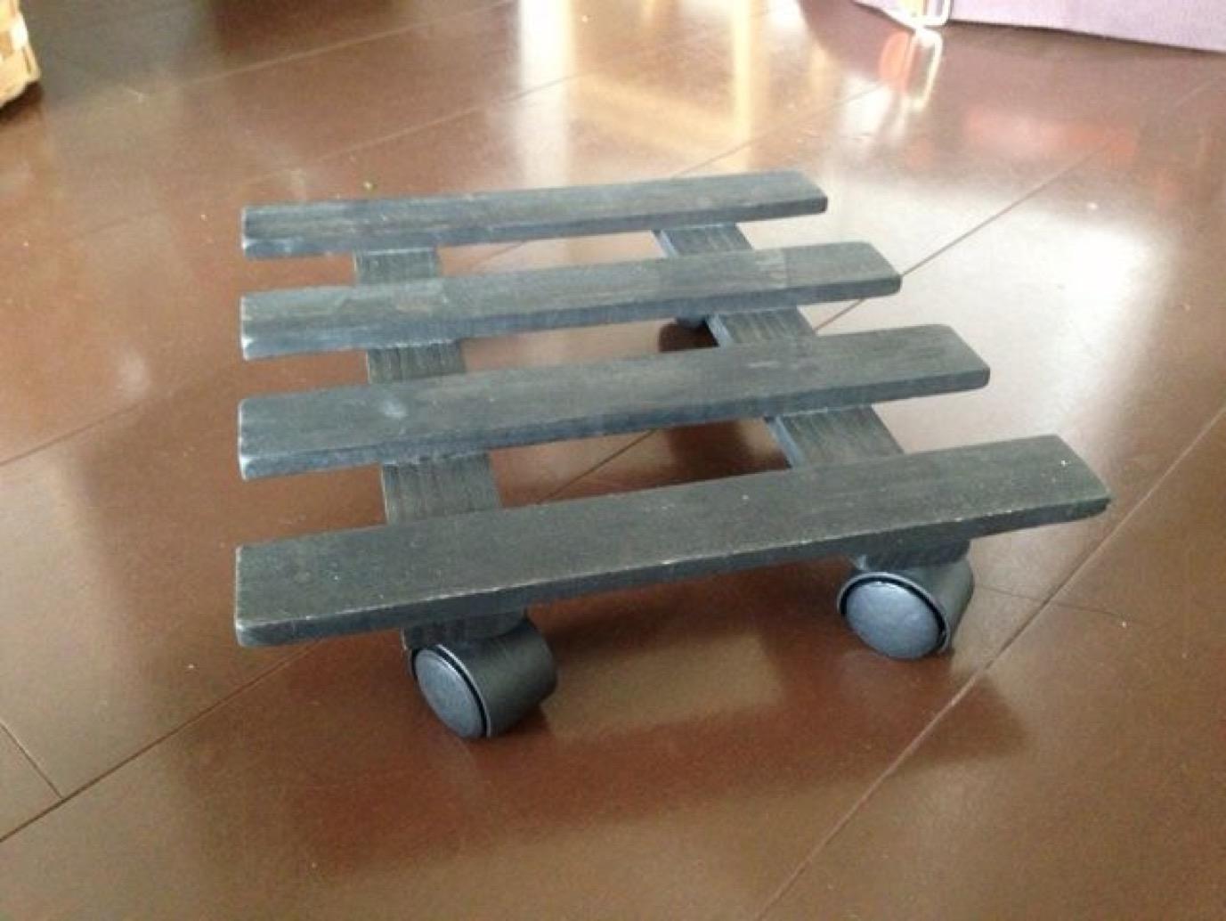 植木鉢を置く、ローラーがついた台。これに乗って室内を移動しました。