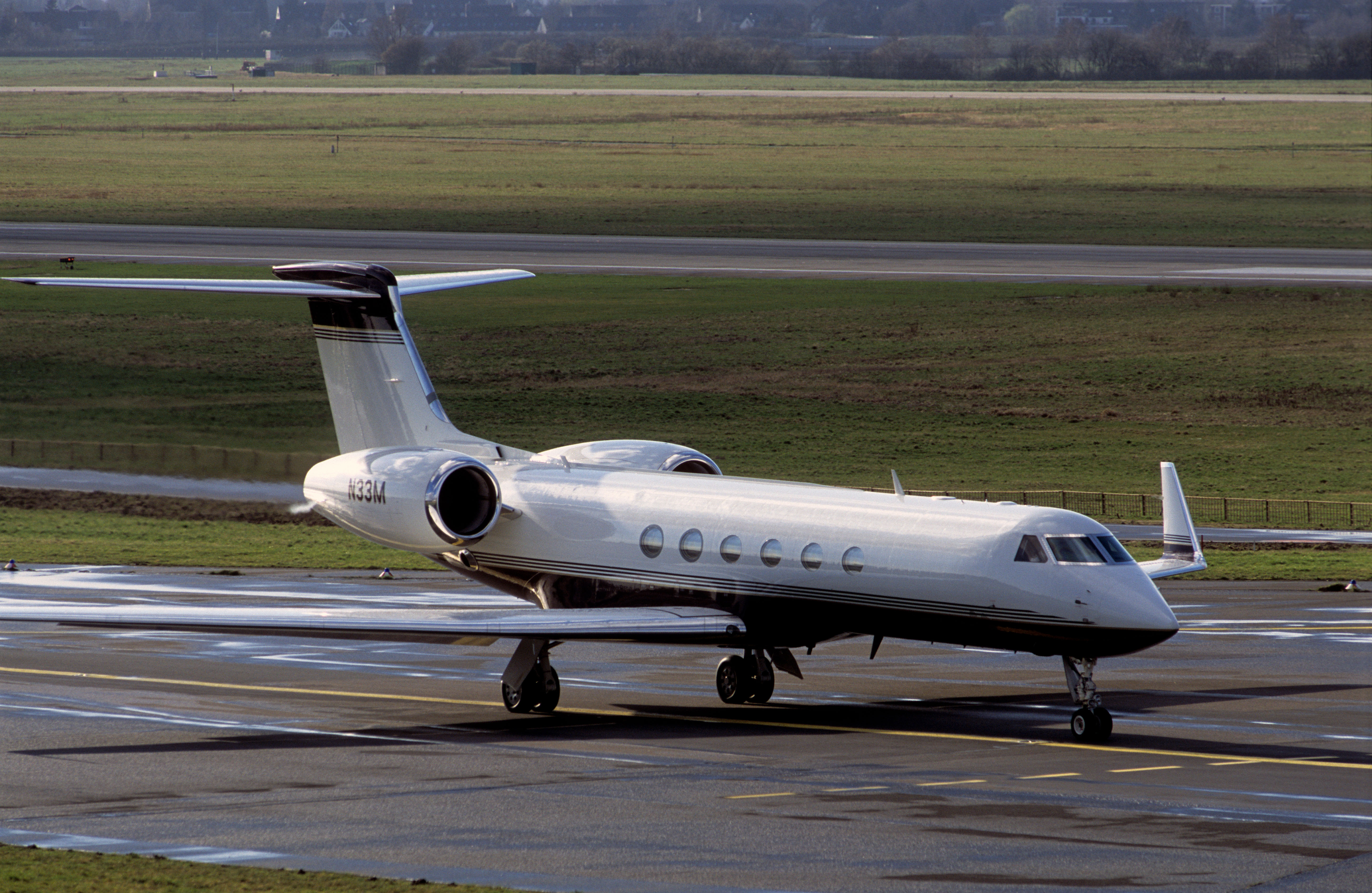 Gulfstream G-V private passenger jet (N33M)