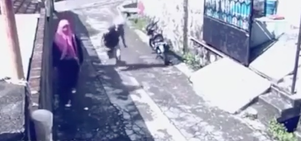 Woman escapes on thief's scooter after he steals her bag