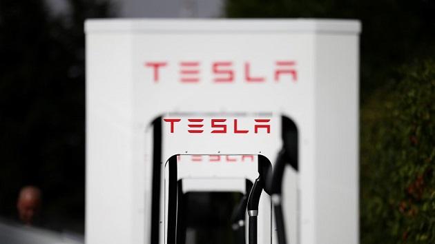 テスラ、充電施設スーパーチャージャーに超過時間料金制度を導入へ