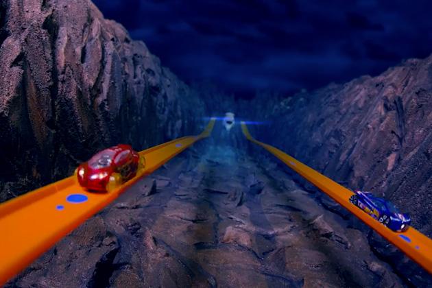 【ビデオ】趣味が認められて大きな仕事に! 2台のミニカーが架空世界を走り回る映像