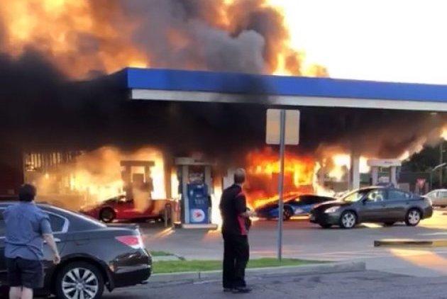 ガソリンスタンドでミニバンが給油ノズルを挿したまま発進し、近くのランボルギーニが炎上!