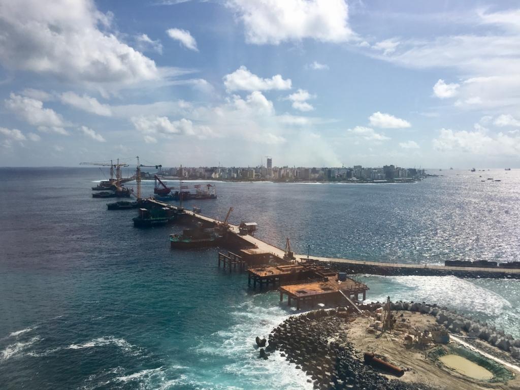 マレ島には面積約2平方キロに10万人以上が暮らす。手前は空港島で、マレ島と結ぶ橋が建設中