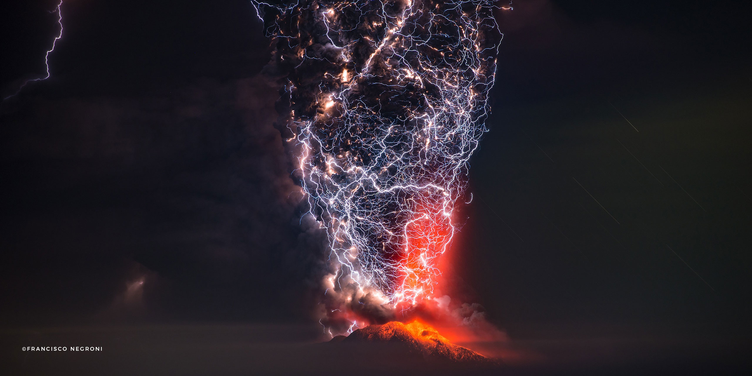 Catching Lightning In A Volcanic Bottle - 17 incredible photos of volcanic lightning
