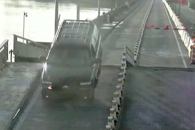 【ビデオ】不注意運転で知らぬ間に跳ね上げ橋をジャンプしたドライバー