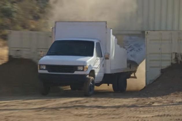 【ビデオ】高さ制限を超えたトラックで橋の下を通ると大変なことに! そんな瞬間を再現したスローモーション映像