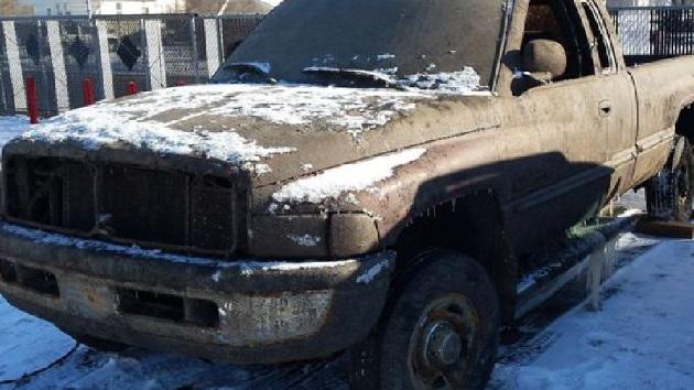 凍った湖の底から、約16年前に盗難されたトラックがそのままの形で発見