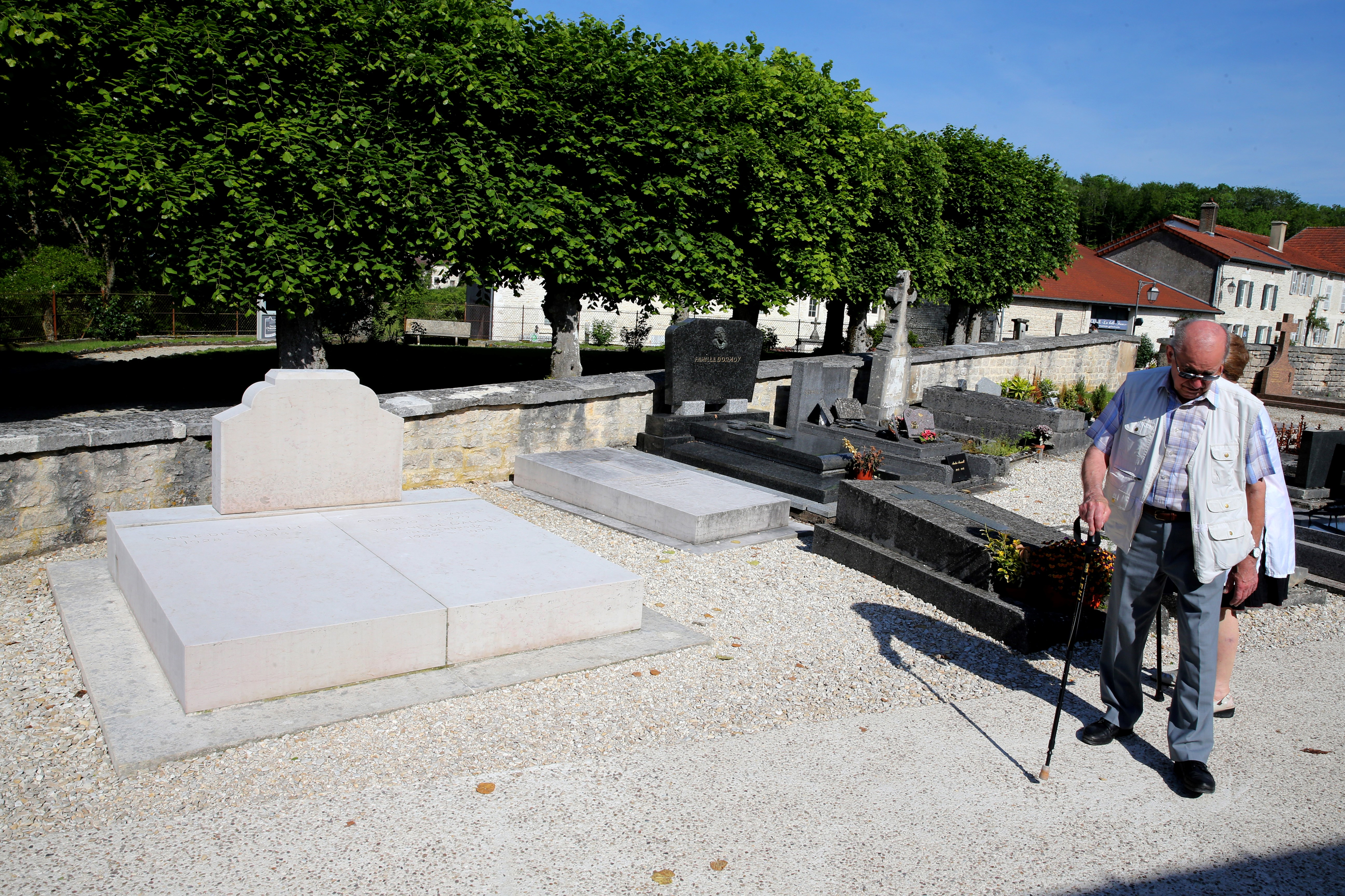 La tombe du général de Gaulle sans sa croix, à Colombey-les-deux-Églises, le 28