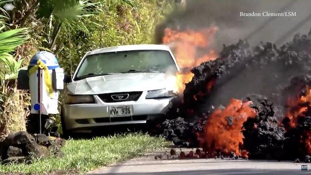 【ビデオ】火山の溶岩にフォード「マスタング」を飲み込まれたオーナー、クルマよりも「R2-D2」型郵便ポストを心配