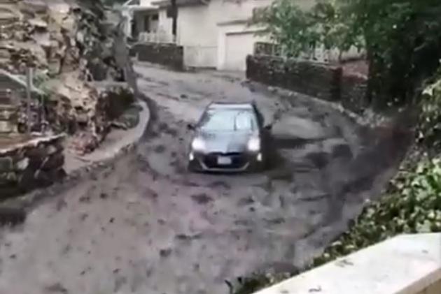 【ビデオ】カリフォルニア州で起きた土砂崩れによって押し流されるように坂道を下るトヨタ車