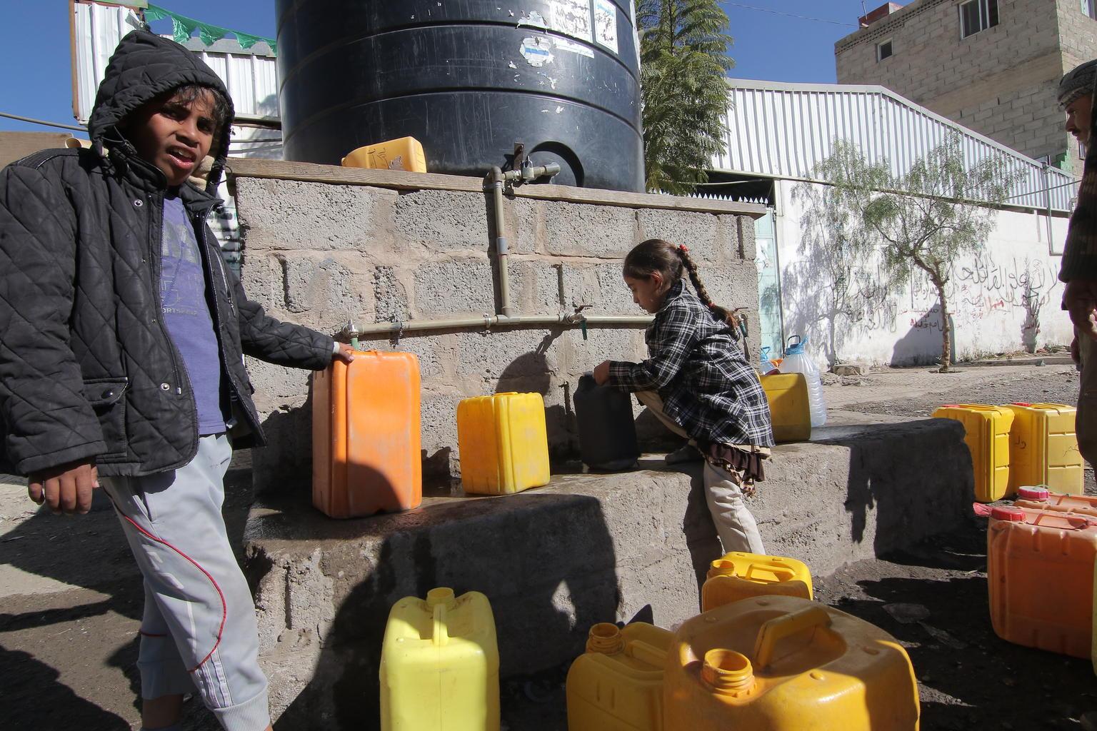 Le mercredi 13 décembre 2017 : Des enfants remplissent des jerricans d'eau potable à un réservoir d'eau...