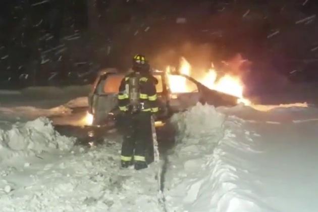 【ビデオ】豪雪が火災の原因に! 雪に埋もれたミニバンが脱出しようとして炎上