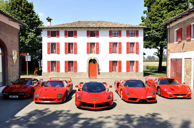 【ビデオ】特別モデルを全台所有する男性が「ラ フェラーリ」を受け取りにやってきた