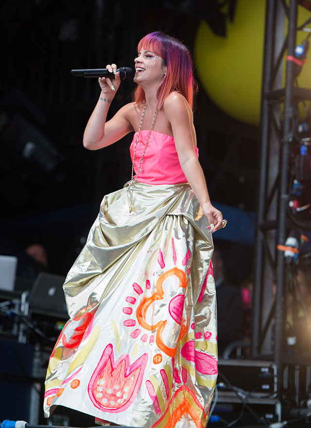 Lily Allen Flashes Her Pink Knickers On Stage At