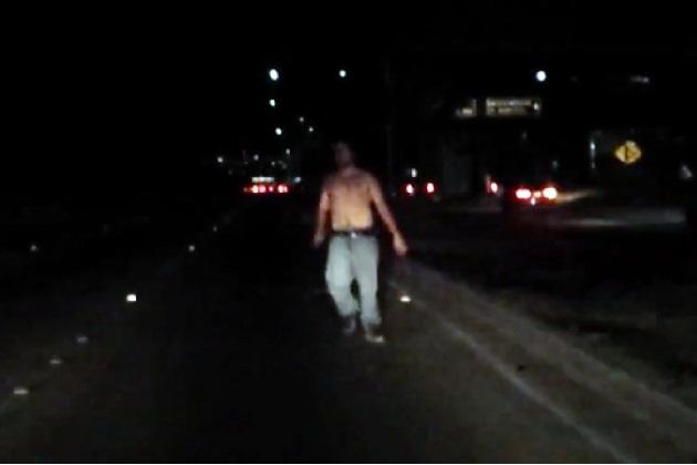 【ビデオ】車載カメラが捉えた、高架橋から落下したにもかかわらず平然と歩き続ける男!