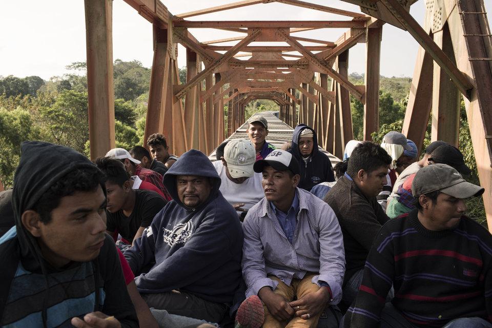 """Los migrantes centroamericanos viajan en el tren de carga llamado """"La Bestia"""" en Matias Romero,..."""