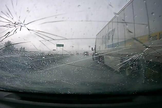 【車載カメラ映像】大粒の雹に見舞われフロントガラスに無数のヒビが!