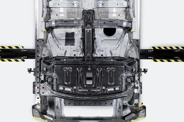 高性能プラグイン・ハイブリッド・クーペ「ポールスター1」は、「トンボ型」カーボンファイバー製シャシーを採用