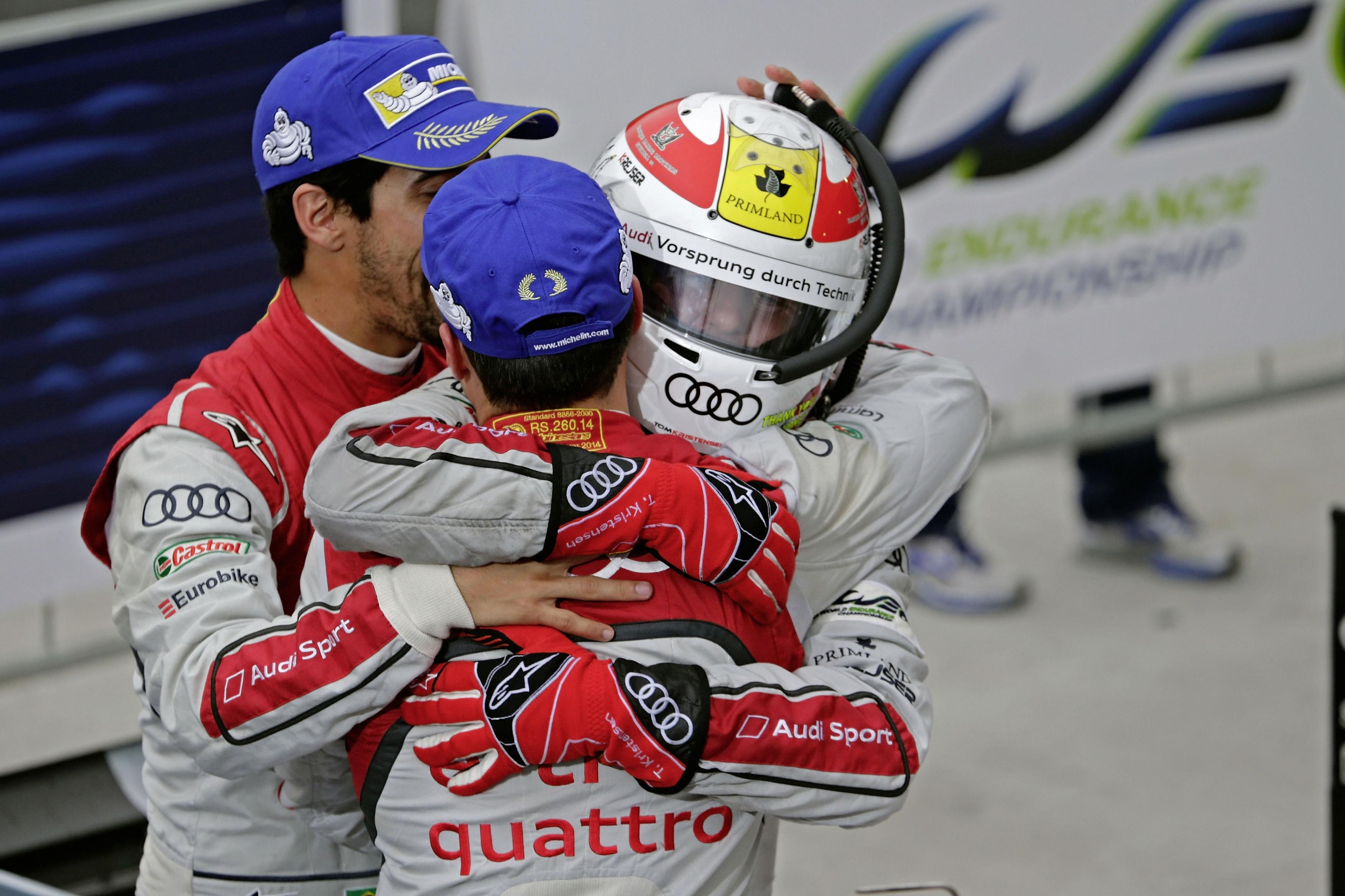 Audi freute sich in Brasilien ueber ein versoehnliches Ergebnis beim Finale zur FIA-Langstrecken-Weltmeisterschaft WEC. Der Marke mit den Vier Ringen gelang in S o Paulo das sechste Podiumsergebnis der Saison. Damit sicherte sich Tom Kristensen in seinem letzten Profi-Rennen noch einmal einen Pokal. Audi schloss das Jahr auf Platz zwei in der Herstellerwertung ab, waehrend Marcel Faessler/Andr  Lotterer/Beno t Tr luyer (CH/D/F) Vize-Weltmeister in der Fahrerwertung wurden.