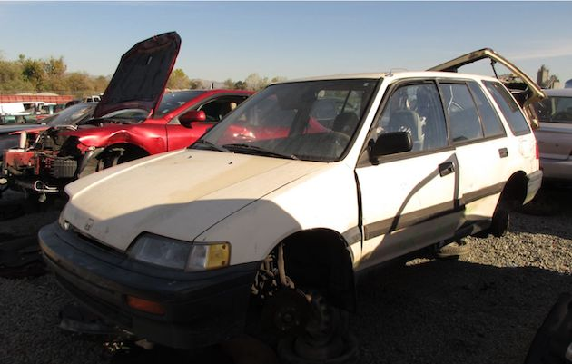 実用性の高さで愛された、1989年型ホンダ「シビック シャトル」を廃車置場で発見