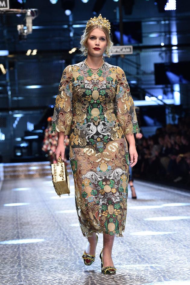 Kitty Spencer défile sur la passerelle pour Dolce & Gabbana pendant la semaine de la mode de Milan...