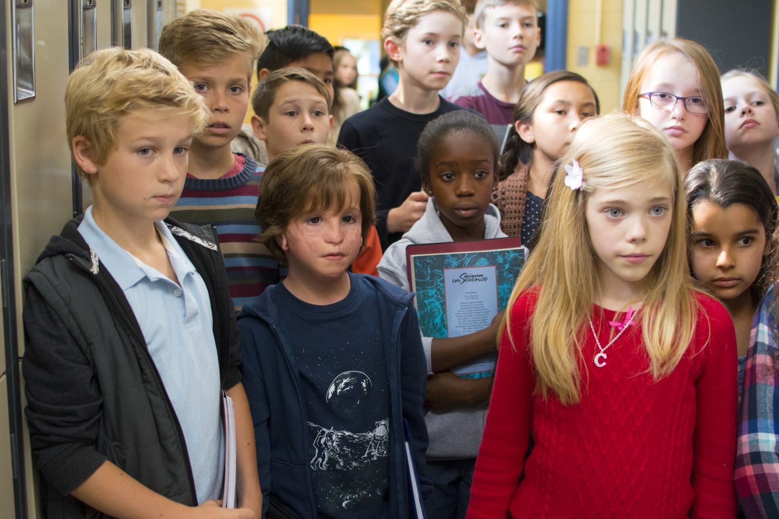 Auggie Pullman (Jacob Tremblay) und seine Schulkameradin Charlotte (Elle