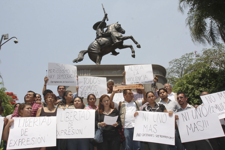 Periodistas protestan en Cuernavaca a pocos días del asesinato de su colega Regina Martínez, en Veracruz....